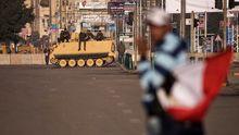 Soldaten patrouillieren auf einer Straße in der Kairoer Innenstadt.