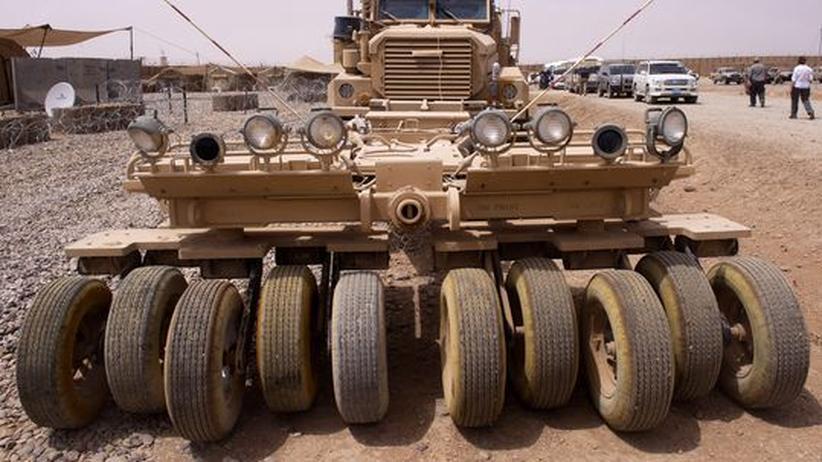Afghanistan: Minenräumfahrzeug (bei einer Demonstration in Afghanistan 2011)
