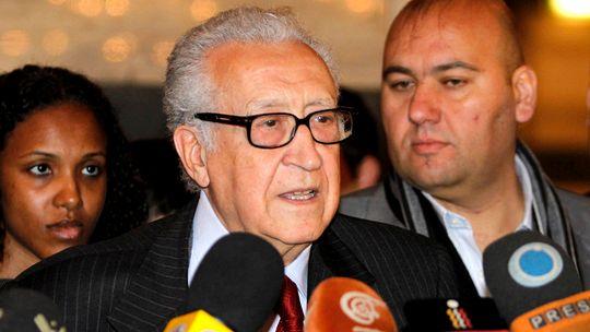 Der internationale Sondergesandte Lakhdar Brahimi tritt nach seinem Treffen mit Präsident Assad vor die Presse.