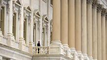 Ein US-Senator telefoniert auf einem Balkon des Kongresses in Washington.