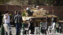 Ein Panzer vor dem Präsidentenpalast in Kairo