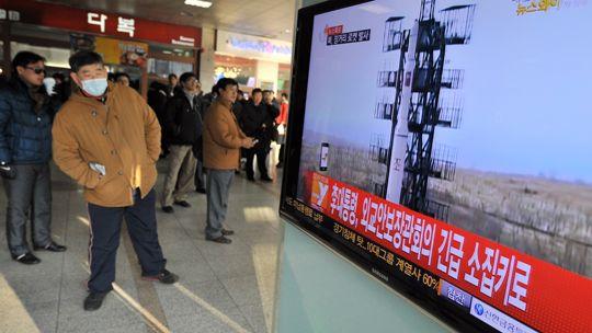 Menschen in Seoul verfolgen die Nachrichten über den nordkoreanischen Raketentest.