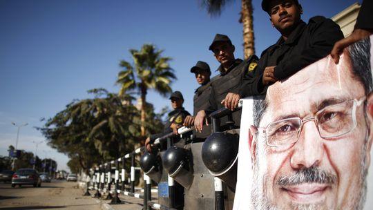 Ein Plakat von Ägyptens Präsident Mursi vor dem streng bewachten Eingang des Verfassungsgerichts