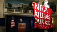 Protest während der Pressekonferenz der Waffenlobbyisten