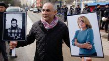 Ein türkischer Journalist trägt die Porträts der in Syrien getöteten US-Reporterin Marie Colvin (rechts) und des französischen Fotografen Remi Ochlik (links) während einer Demonstration.