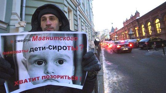 Ein Demonstrant in Moskau, auf seinem Plakat steht: Haben Waisenkinder Schuld an Magnitzkis Tod?