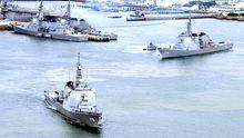Die japanischen Zerstörer Myoko (links) und Kongo (rechts) laufen aus der Militärbasis im Hafen Sasebo aus.