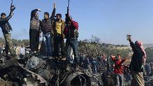 Syrische Rebellen feiern den Abschuss eines Kampfjets.