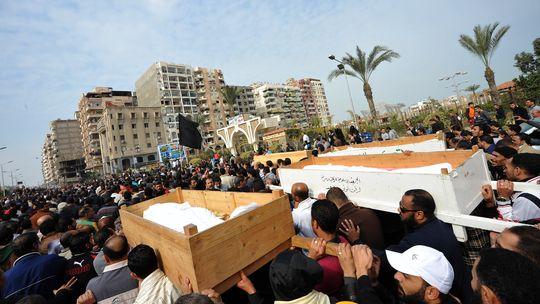 Eine Menschenmenge begleitet die Särge von mehreren getöteten Demonstranten in Port Said.