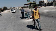 Ein Kurde mit Öcalan-Shirt in der Stadt Afrin an der syrisch-türkischen Grenze