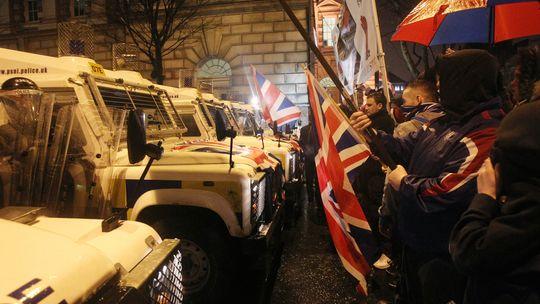 Konfrontation in Belfast: Pro-britische Loyalisten gegen die Sicherheitskräfte