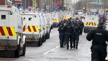 Nordirische Polizisten bereiten sich auf Proteste in Belfast vor.