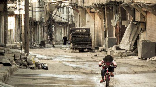 Ein syrisches Mädchen auf einer nahezu menschenleeren Straße in einem Viertel von Damaskus