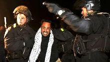 Israelische Sicherheitskräfte entfernen einen Aktivisten aus dem Protestcamp im Gebiet E1.