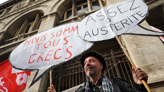 Ein Demonstrant in Marseille protestiert gegen den Sparkurs in Frankreich.