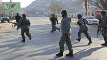 Afghanische Polizisten laufen während des Angriffs zu der Zentrale der Verkehrspolizei in Kabul.