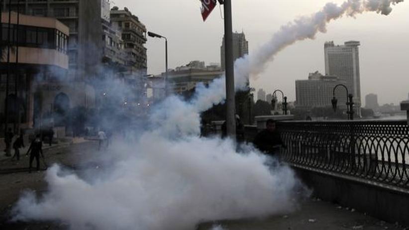 Tränengas bei Protesten in der Nähe des Tahrir-Platzes in Kairo