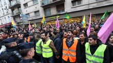 Mitglieder der kurdische Gemeinde in Paris protestieren gegen die Ermordung von drei Frauen in ihrem Zentrum.