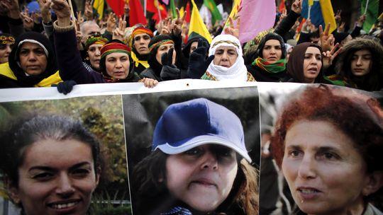 Kurden mit Bildern der getöteten Frauen in Paris