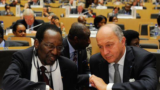 Malis Präsident Dioncounda Traore (l.) und der französische Außenminister Laurent Fabius auf der Geberkonferenz in Addis Abeba