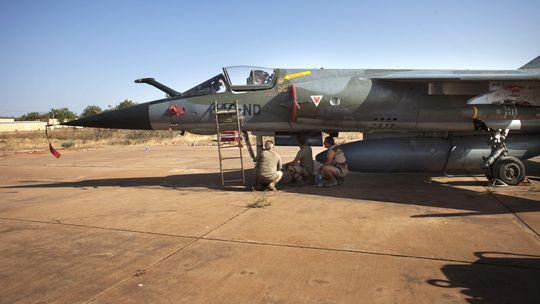 Eine Mirage F-1 der französischen Luftwaffe auf einem Stützpunkt in Mali