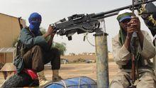 Eine Gruppe bewaffneter Rebellen nahe des Flughafens der nordmalischen Stadt Gao (Archivbild)