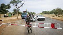 Ein malischer Soldat an einem Kontrollpunkt nahe Sévaré