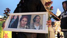 Ein Kurdin hält ein Bild in der Hand, das die drei getöteten Frauen in Paris zeigt: Sakine Cansiz, Fidan Dogan und Leyla Soylemez.