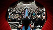 Obama tritt auf den Balkon des Kapitols, wo er vereidigt wurde.