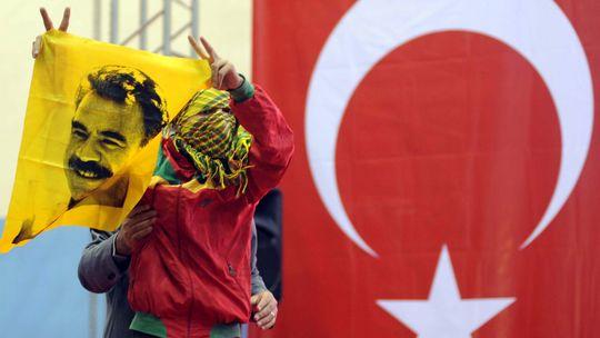 Ein Unterstützer der PKK hält eine Fahne mit dem Bild Abdullah Öcalans hoch (Archiv).