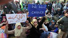Unterstützer des pakistanischen Geistlichen Tahir ul-Qadri, die den Rücktritt der Regierung fordern.