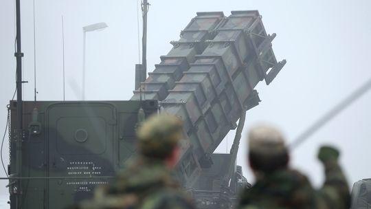 Deutsche Bundeswehr-Soldaten betrachten ein Patriot-Raketenabwehrsystem.