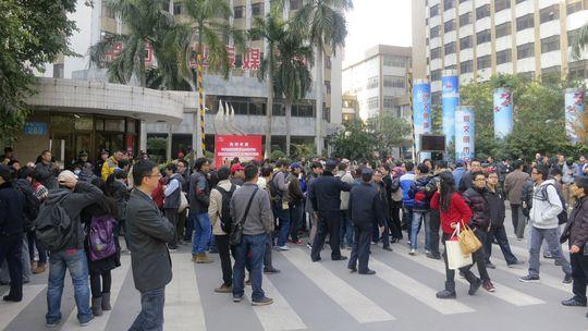 """Demonstranten vor der Redaktion der chinesischen Wochenzeitung """"Southern Weekly"""" in Guangzhou"""