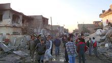 Iraker besichtigen die zerstörten Gebäude nach der Bombenexplosion in Tus Chormato.