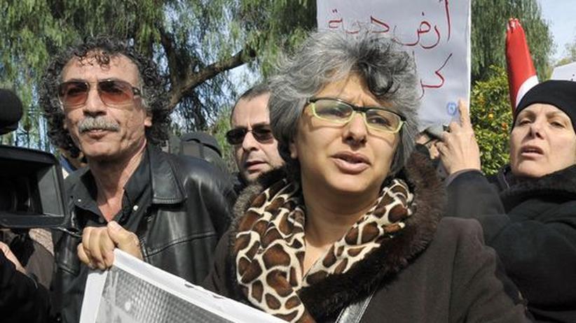 Belaid-Witwe: Basma Khalfaoui Belaid protestiert mit einem Foto ihres ermordeten Mannes Chokri vor der Nationalversammlung in Tunis.