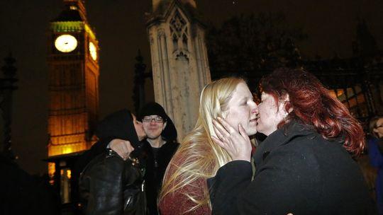 Ein lesbisches Pärchen feiert die Zustimmung zur Homo-Ehe im britischen Unterhaus mit einem Kuss vor dem Parlament in London.