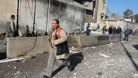 Ein irakischer Rettungsmann vor der Polizeizentrale in der Stadt Kirkuk