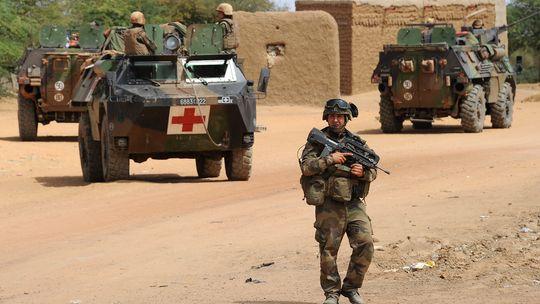 Französische Soldaten patrouillieren nach einem Selbstmordattentat in der nordmalischen Stadt Gao.