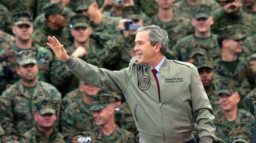 Irakkrieg: Der frühere US-Präsident George W. Bush während eines Truppen-Besuchs in Kalifornien