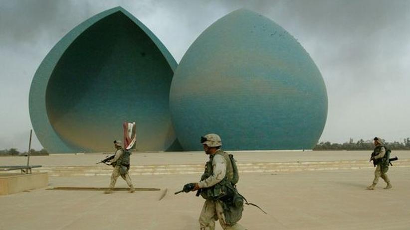 Irakkrieg: U.S. Marines vor dem Märtyrer-Monument im Zentrum von Bagdad, 9. April 2003
