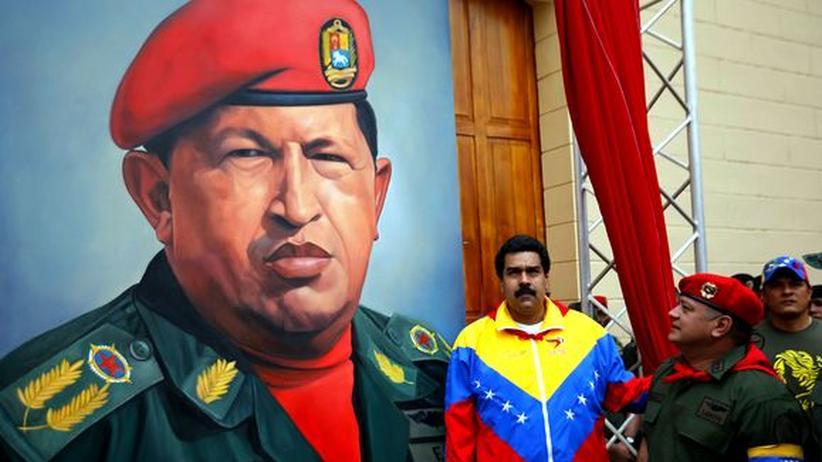 Nach Chávez' Tod: Nicolás Maduro vor einem Gemälde von Hugo Chávez (Archiv)