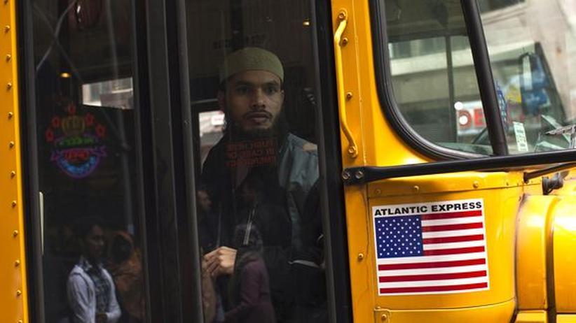 Einwanderungsland USA: Ein Muslim in einem Bus in New York: Für Anhänger des Islams könnte das Klima in den USA schlechter werden.