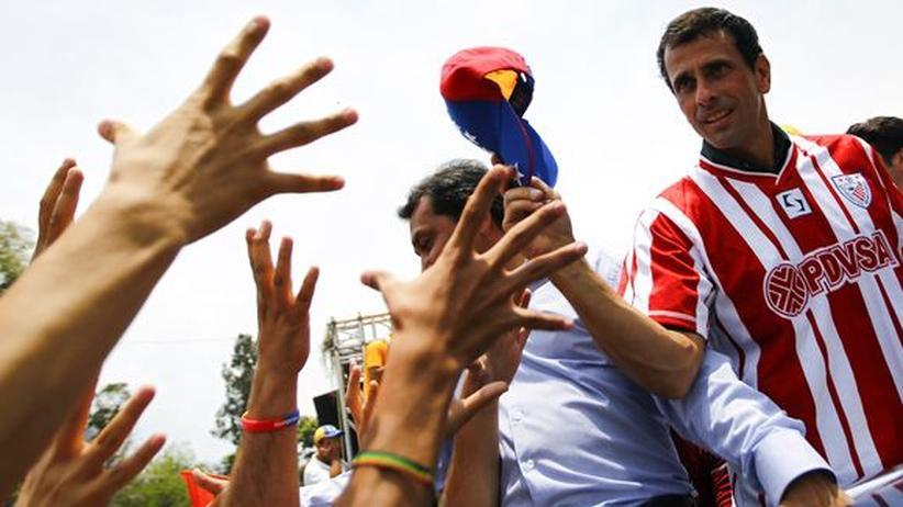 Chávez-Nachfolge: Venezuelas Oppositionsführer und Präsidentschaftskandidat Henrique Capriles (r.) bei einem Wahlkampfauftritt in Merida