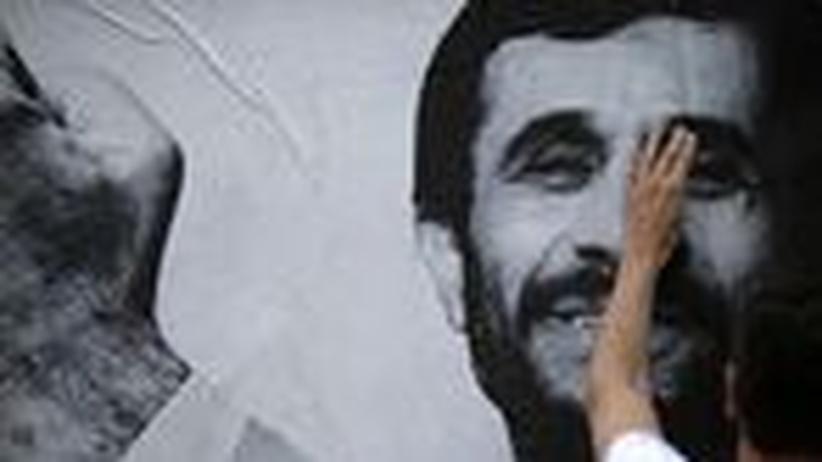 Wahl im Iran: Mahmud Ahmadinedschad auf einem Poster von Reporter ohne Grenzen zum Tag der Pressefreiheit am 3. Mai