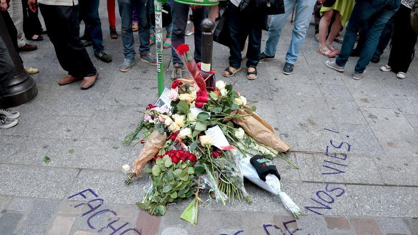 """Rechtsextremismus: Demonstranten haben am Tatort Blumen und Bänder mit der Aufschrift """"Faschisten raus aus unseren Leben"""" niedergelegt."""