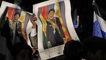 Anhänger des bolivianischen Präsidenten Evo Morales halten Bilder von ihm hoch.