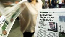 """In dieser Zeitung steht: """"Snowden wird für den Nobelpreis nominiert."""""""
