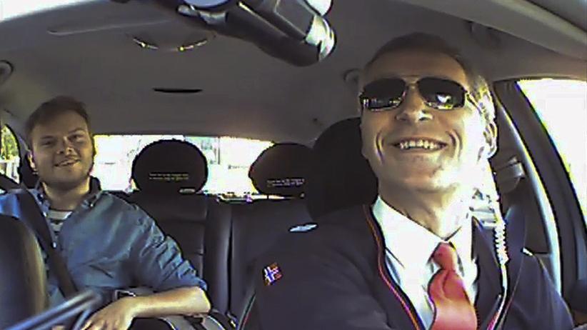 Norwegens Regierungschef Jens Stoltenberg als Taxifahrer
