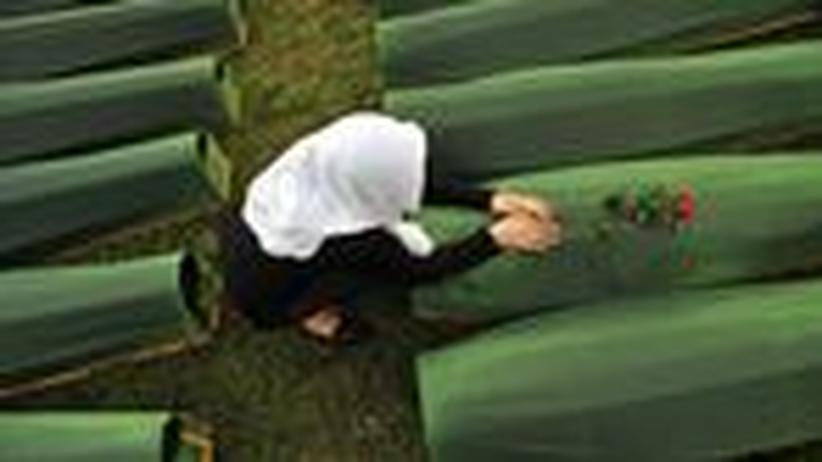 Eine bosnische Frau an der Gedenkstätte in Srebrenica