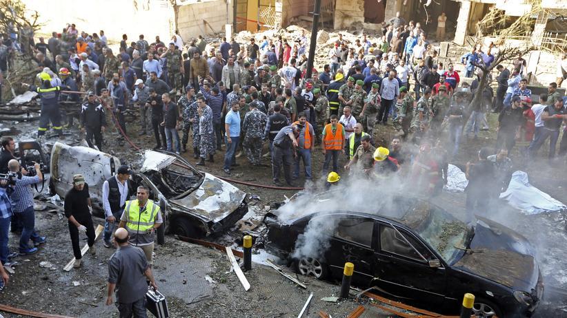 Libanon: Soldaten, Polizisten und Sanitäter kurz nach einer Explosion in der Nähe der iranischen Botschaft in Beirut